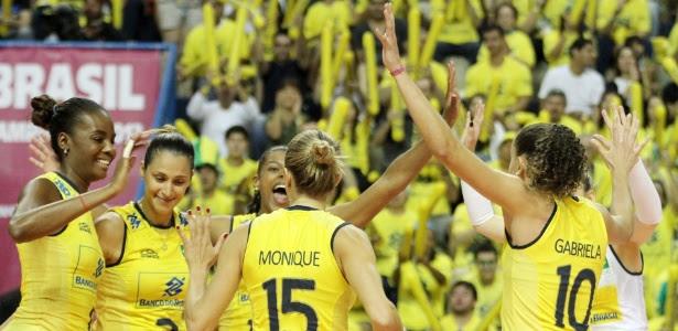 Jogadoras brasileiras comemoram vitória sobre os EUA na primeira fase do Grand Prix, em Campinas