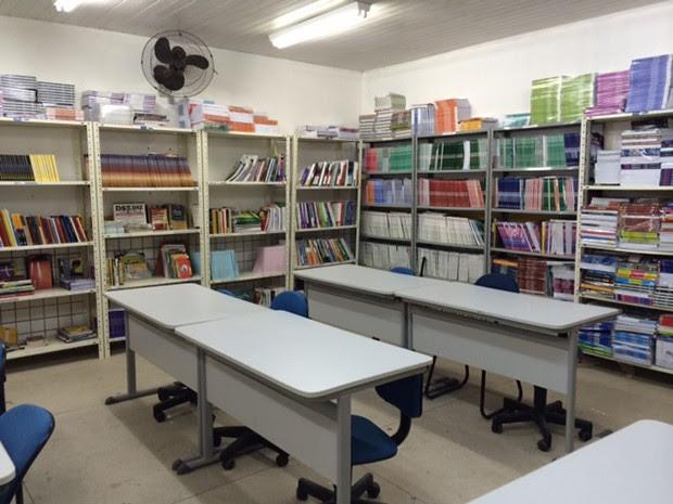 Biblioteca da escola fica trancada e tem poucos títulos de literatura (Foto: Marcella Centofanti/G1)