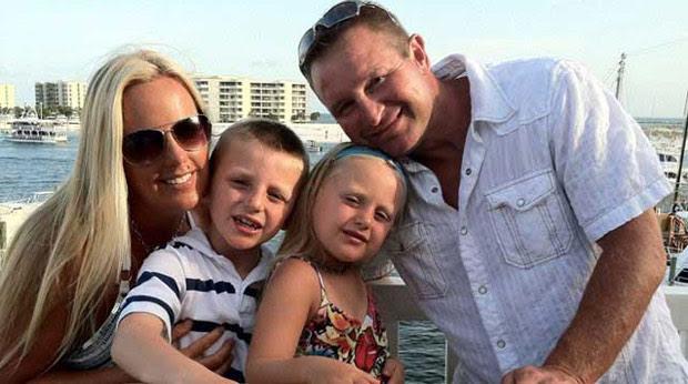 Stephanie Decker, o marido e os filhos (Foto: AP)