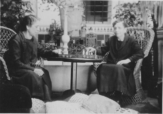 Jugando al ajedrez en el Patio familiar de la casa de Santo Tomé. Fotografía de comienzos del siglo XX por Eduardo Butragueño Bueno