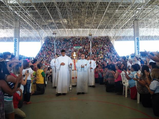 Milhares de fiéis se reúnem para celebrar Pentecostes (Foto: Lucas Leite/G1)