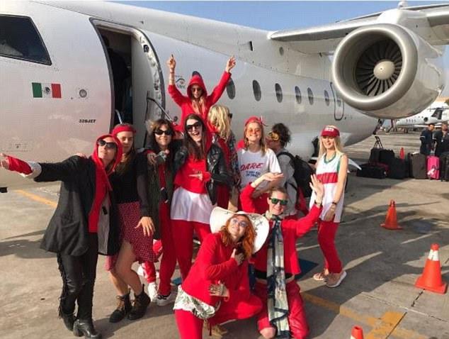 Viver a vida alta: as meninas viajaram com estilo para a localização exótica através do jato particular, posando fora em fatos de treino vermelhos que combinavam