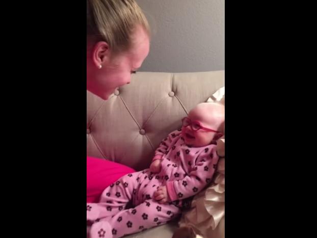 Conmueve reacción de bebé al ver por primera vez a su madre
