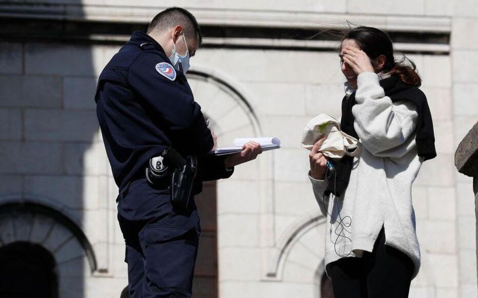 Tous les policiers ne sont pas équipés. Plusieurs syndicats ont fait part de leur inquiétude devant le manque de moyens de protection pour les agents.