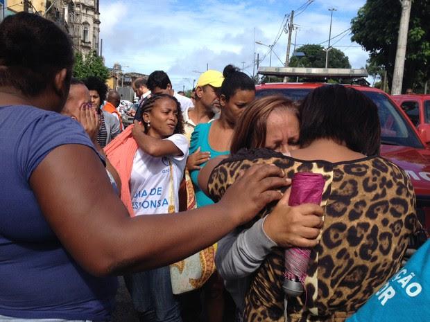 Amigos da vítima no local do acidente (Foto: Cássia Bandeira/G1)