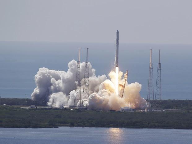 Momento do lançamento do foguete, no Cabo Canaveral (Foto: AP Photo/John Raoux)