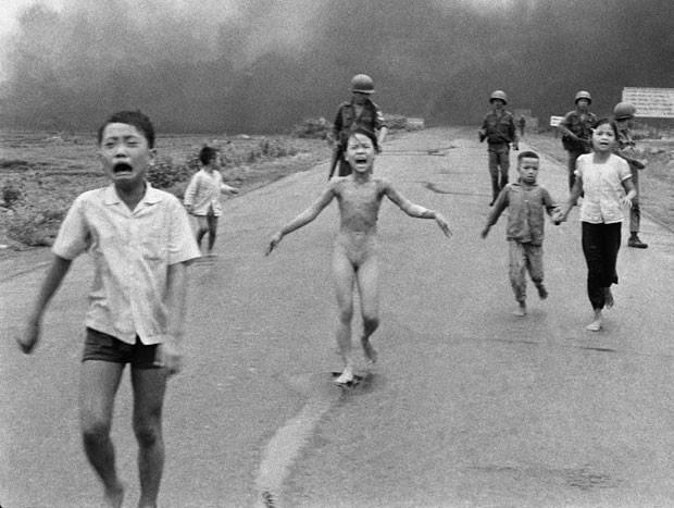 Imagem icônica de uma menina vietnamita correndo nua após o bombardeio de sua vila completa 40 anos na semana que vem (Foto: Nick Ut/AP)