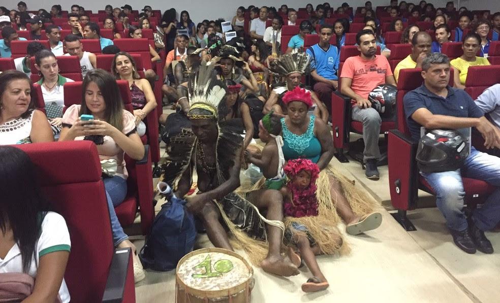 Índios Xacriabás participaram de audiência pública em Januária (Foto: Juliana Gorayeb/G1)