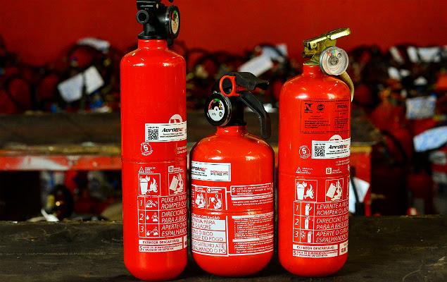 Três categorias de extintores de incêndio na empresa Aerotex, em São José dos Campos