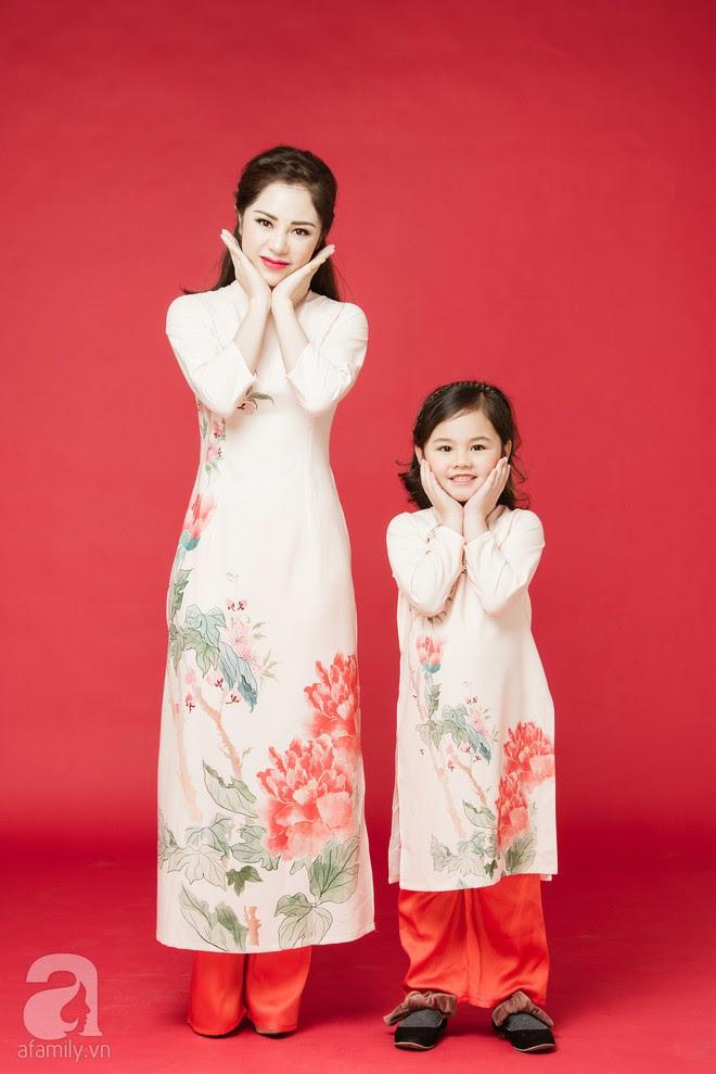 Rộn ràng ngày Xuân cùng những thiết kế áo dài dịu dàng cho mẹ và bé mặc trong dịp Tết này - Ảnh 15.