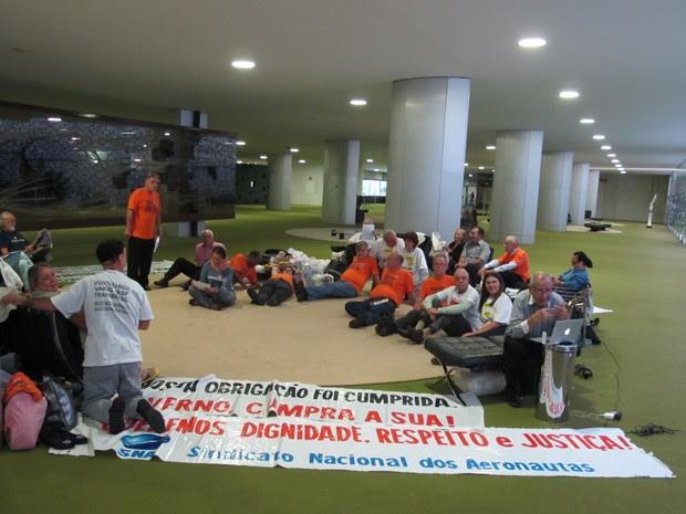 Ex-funcionários da Varig e Transbrasil evitaram Planalto para não serem expulsos e dizem que não deixam a Câmara enquanto não forem recebidos por Dilma (Foto: Fabiano Costa/G1)