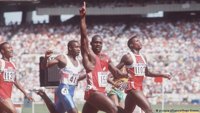 03SN_LewisSP.jpg Olympische Spiele 1988,Leichtathletik,Ben JOHNSON,CAN,(Sieger, Mi.) ,Carl LEWIS ,USA (2.Platz, re.), Linford CHRISTIE (GBR(2.v.li.)Zieleinlauf,100m Finale,QF