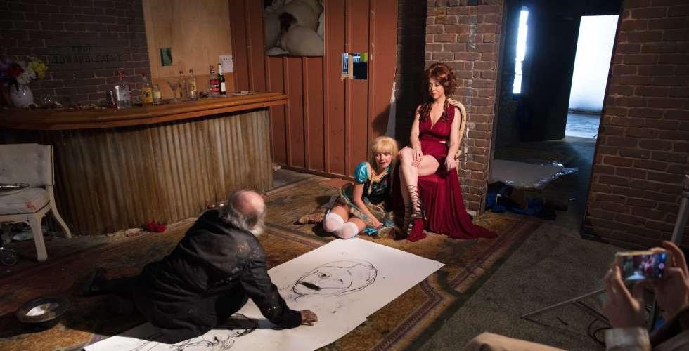 Dos modelos posan ante el pintor Paul McCarthy.