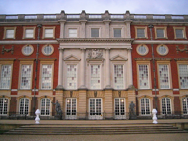 File:The south face of Hampton Court Palace - geograph.org.uk - 1107620.jpg