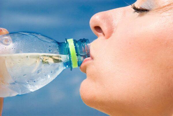 Especialista alerta que água não é suficiente para se manter hidratado no verão