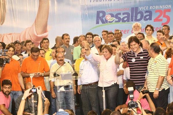 """Rosalba Ciarlini discursa ao lado de aliados no Palácio dos Esportes e destaca necessidade de """"reconstrução"""" dos serviços públicos"""