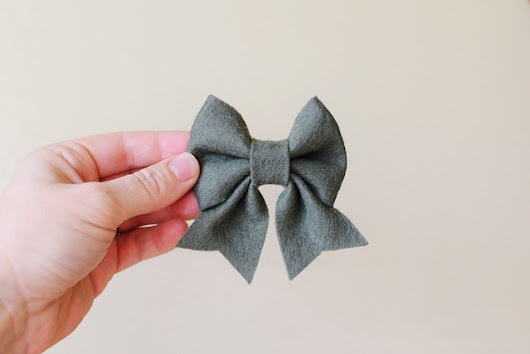 necessary craftiness (DIY felt bows)...