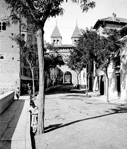 Santiago del Arrabal y Puerta de Bisagra entre el 24 y el 26 de septiembre de 1899. Fotografía de Petit. Société Française d'Archéologie et Ministère de la Culture (France), Médiathèque de l'architecture et du patrimoine (archives photographiques) diffusi