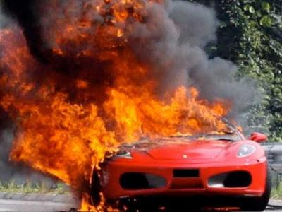 Kereta ferrari terbakar di Seremban