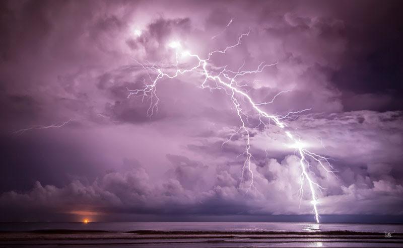Σε αυτή την υπέροχη φωτογραφία από το Dean Mullin, βλέπουμε ένα κεραυνό σε περιοχή νότια της Κίνας.