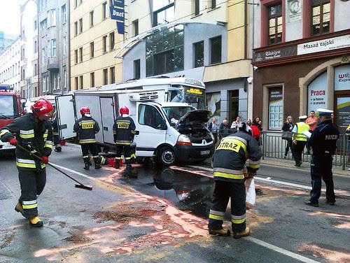 Zderzenie samochodu z tramwajem, Wroc?aw, ul. ?w. Miko?aja by Olgierd Pstrykotwórca
