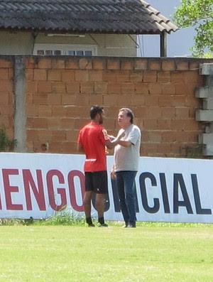 Paulo Pelaipe e Ibson conversam após treino do Flamengo (Foto: Richard Souza)