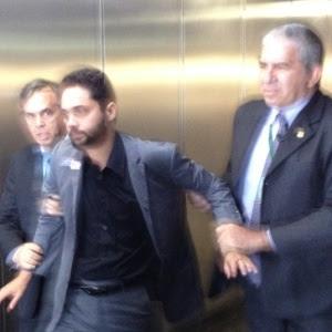 Pedro Vilela é detido ao protestar contra a Rede Globo em sessão solene da Câmara dos Deputados