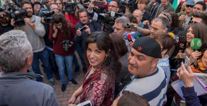 El concejal de Jaén en Común (JeC) Andrés Bódalo, junto a la secretaria general de Podemos en Andalucía, Teresa Rodríguez (c), espera su detención para entrar en prisión, tras haber finalizado el plazo voluntario en una acampada organizada en la Plaza Por