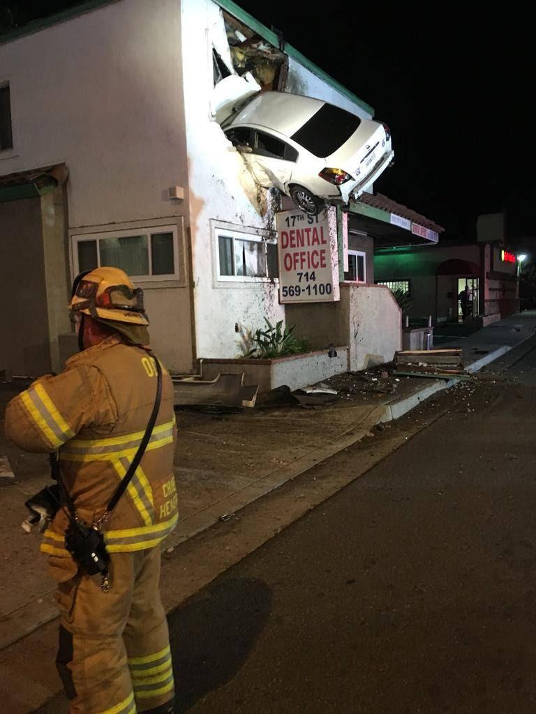 Fotografía publicada en Twitter del vehículo Nissan Altima tras haber chocado con un edificio en la ciudad de Santa Ana, California.