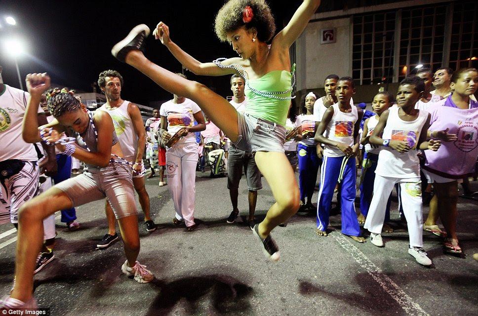 Stretch: O marciais e dança brasileira formulário capoeira prova um sucesso com as multidões no Brasil