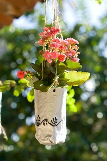 Flores em vaso suspenso feito com reciclagem de embalagem a vácuo