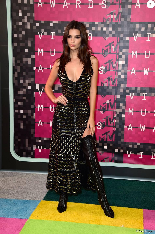 A modelo Emily Ratajkowski escolheu vestido com fenda lateral Altuzarra e botas de cano longo para o VMA 2015