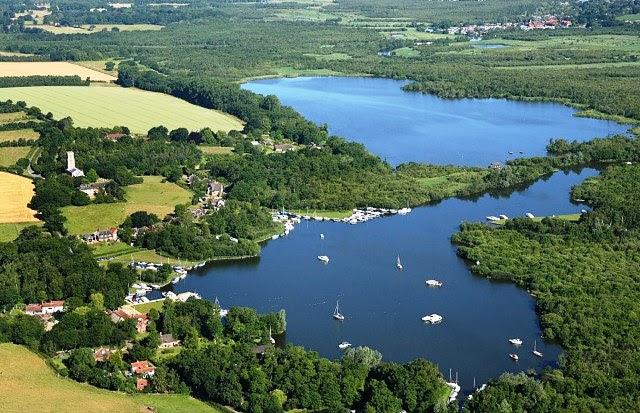 Perierga.gr - Γαλάζια λίμνη της Αγγλίας άλλαξε χρώμα...