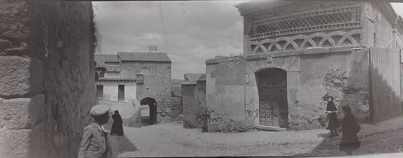 Mezquita del Cristo de la Luz al poco de ser descubierta su fachada con inscripción cúfica. Se ve aún sin demoler la casa del santero que la ocultaba
