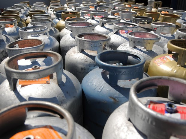 Botijões de gás enfileirados (Foto: Pedro Ventura/Agência Brasília)