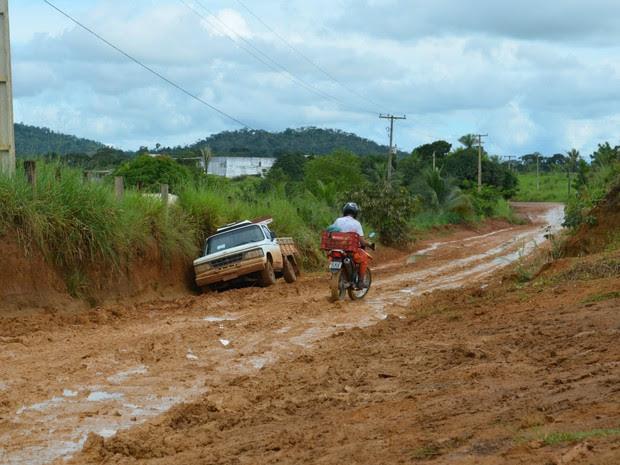Motoristas enfrentam dificuldades para passar na via (Foto: Franciele do Vale/G1 RO)
