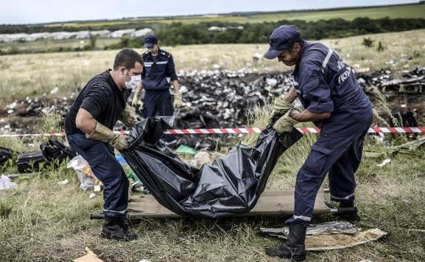 http://img.20mn.fr/KYcw-o7GTV6CdKN-eu-bqg/616x380_secouristes-ukrainiens-recuperent-scorps-victimes-site-crash-vol-mh-17-a-grabove-pres-donetsk-ukraine-20-juillet.jpg