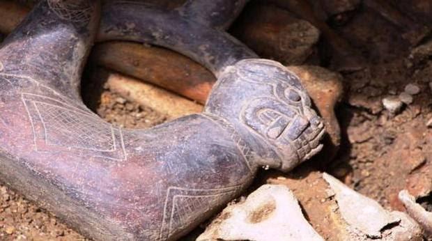 Detalle de la botella de cerámica enterrada junto a uno de los sacerdotes que fue modelada con el cuerpo de una serpiente y la cabeza de un jaguar. Crédito: Proyecto Arqueológico de Pacopampa.