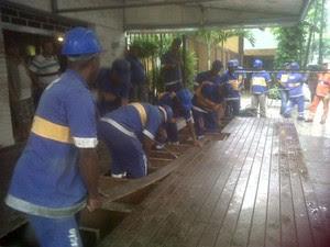 Agentes da Seop retiram cerca de 30m² de construção irregular sobre a calçada (Foto: Divulgação/Seop)