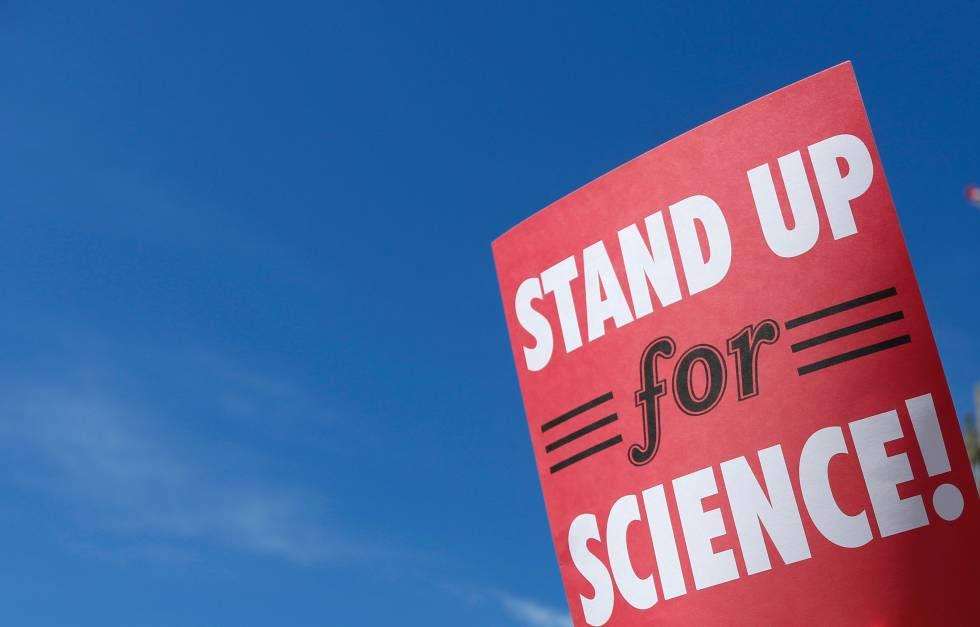 Cartel que reivindica a los científicos en una manifestación de EE UU.