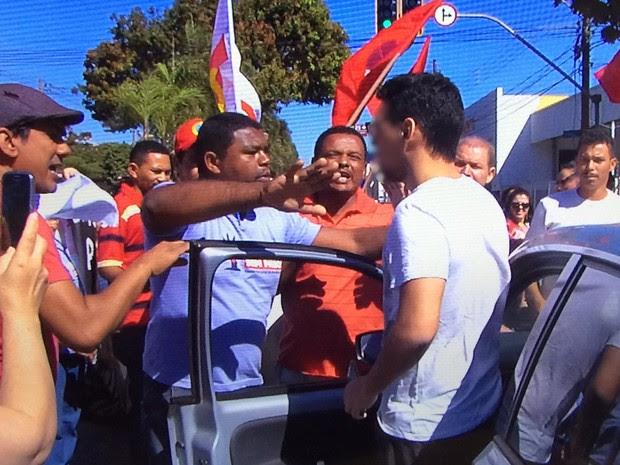 Motorista discute com manifestantes em Goiânia, Goiás (Foto: Reprodução/ TV Anhanguera)