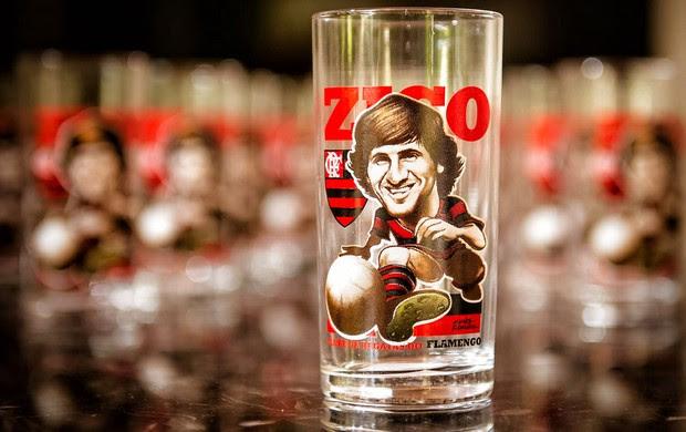 Zico com copos licenciados (Foto: Ricardo Murdocco)