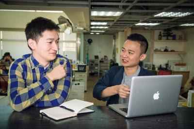 蘇明誠(右)向客戶解說成效型廣告業務的操作與原理。(莊坤儒攝)