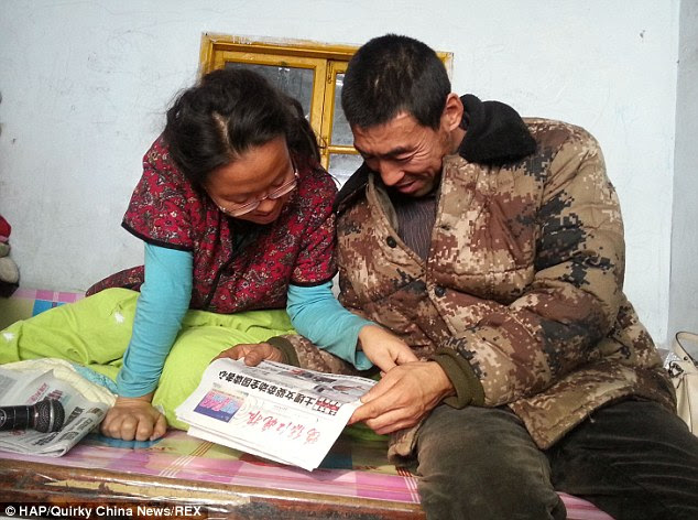 Happy news: Lu Xiaoyun and her husband He Yong read newspaper coverage of their happy ending