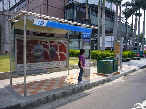 新光三越公車候車亭