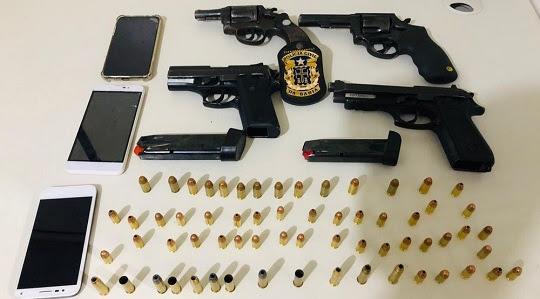 Armas apreendidas com dupla presa em Feira de Santana | Foto: SSP/ Divulgação