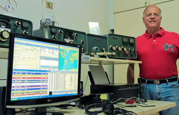 Orlando Perez, o PT2OP, possui equipamento profissional para se comunicar com lugares distantes. Uma antena de vários metros se destaca sobre sua casa (Foto: Diego Baravelli/Divulgação)