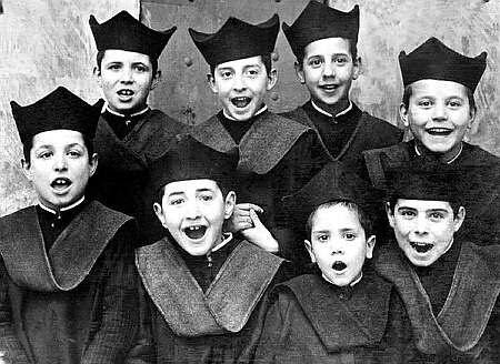 Seises del Colegio de Infantes de Toledo el 23 enero de 1932