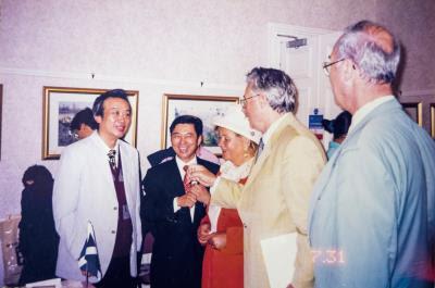 陳陽春以帶有台灣景色的畫作,聯繫旅外僑胞、駐外各部會間的感情,讓世界看見台灣,為他贏得「文化大使」的美名。圖為1999年陳陽春在英國蘇格蘭舉辦第70次個展。 (陳陽春提供)