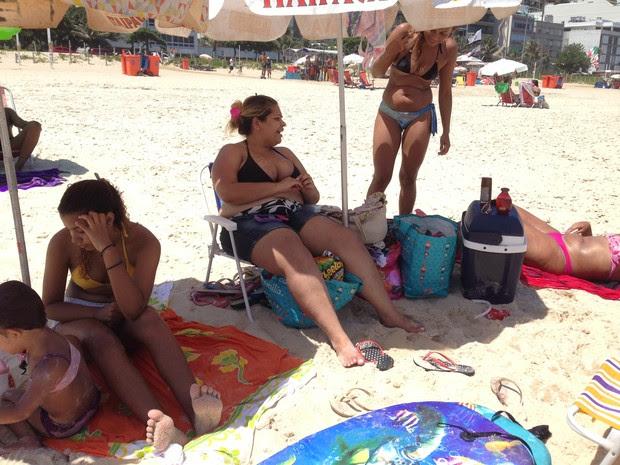 Família de Caxias costuma levar alimentos para a praia por causa dos preços altos (Foto: Káthia Mello/G1 Rio)